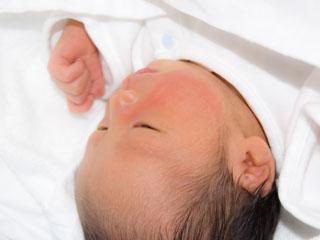 薄めを開けて寝ている赤ちゃん