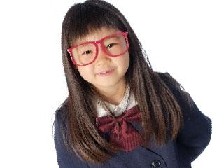 眼鏡をかけた小学生