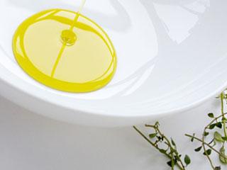 小皿に注がれるオイル
