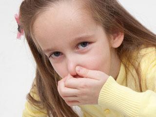 鼻を指で挟む子供