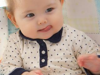 舌で唇をなめる赤ちゃん