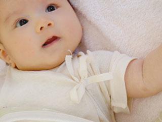 毛布の上の赤ちゃん