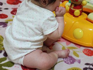 床にお座りする赤ちゃん