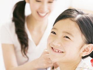 子供の髪を直す母親