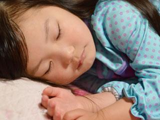 寝る女の子