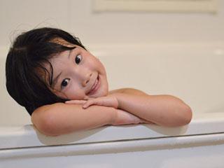 お風呂の中で笑顔の子供