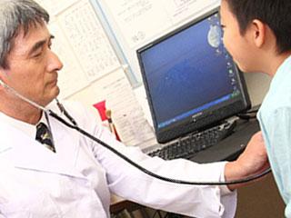 医師から診察される子供