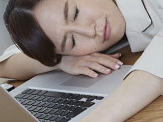 職場で仮眠する女性