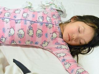 仰向けで寝る子供