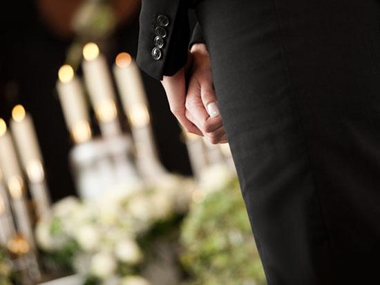 お葬式の服装で妊娠中の女性の場合はマタニティドレスのレンタルを利用しましょう