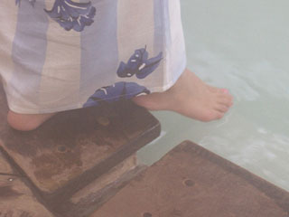 足先を湯に入れる女性