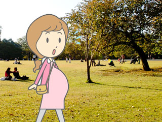 散歩する妊婦