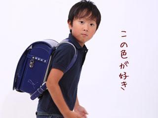 紺色のランドセルを背負う子供