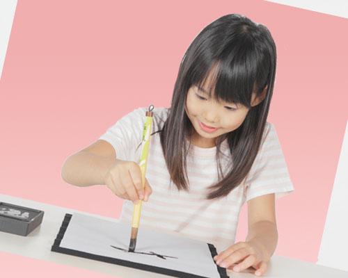 習字をする女の子