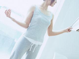 両手に物を持って直立姿勢の女性