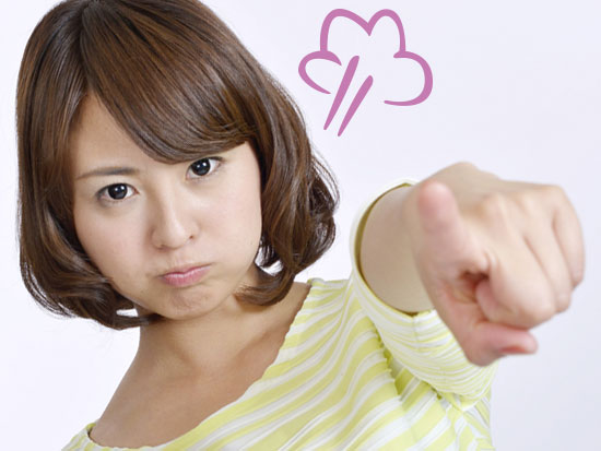 指差しながら怒る女性