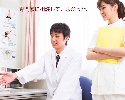 手を差し出す医師、見守る看護師