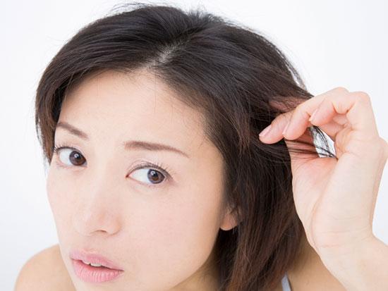 薄毛を悩む女性