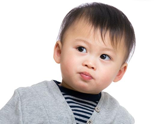 シンプルな服を着た男の子の赤ちゃん