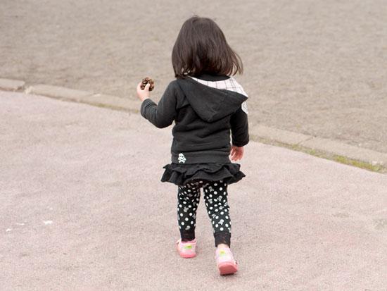 黒い普段着を着た女の子