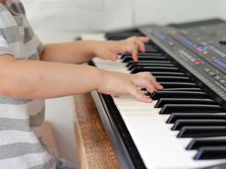 ピアノのを弾く男の子