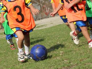 サッカー練習する子供達