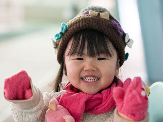 冬服を着た女の子の赤ちゃん