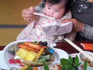 離乳食を食べさせられる赤ちゃん