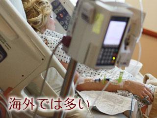 病院の分娩室のベッドに横たわる女性