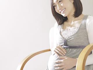 妊娠の幸せを感じている女性