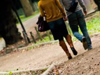 秋の公園を2人で歩く若い夫婦