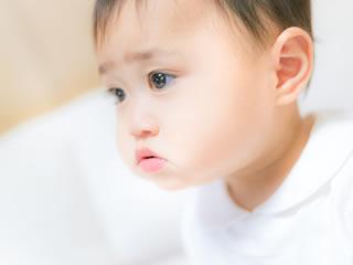 原因を探ろうと必死の赤ちゃん
