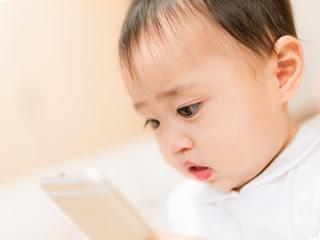 スマホで調べ物を検索中の赤ちゃん