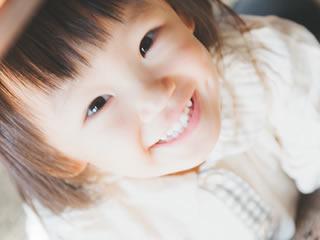 素敵な笑顔で見つめる子供