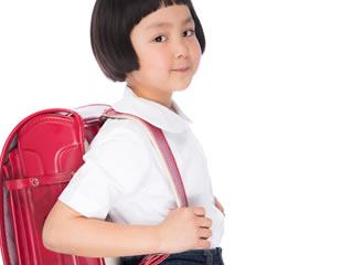 ランドセルを背負った笑顔の小学生