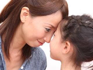 おでこで子供の熱を図る母親