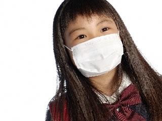 感染予防のマスクをする小学生
