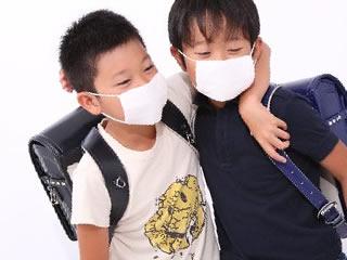 マスク姿を楽しむ小学生