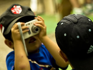 カメラで撮影する子供達