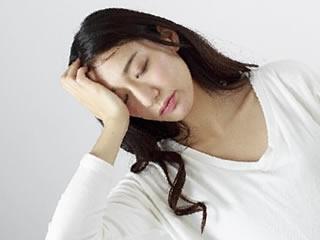 頭痛に悩まされる女性