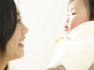 赤ちゃんを抱き上げる優しいお母さん