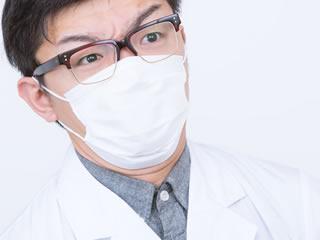 ノロウイルスを睨みつける医者