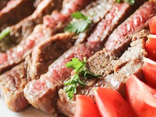 レアで焼きあげられた赤身のステーキ