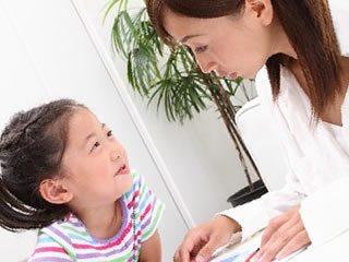 母親と楽しくお勉強する小学生