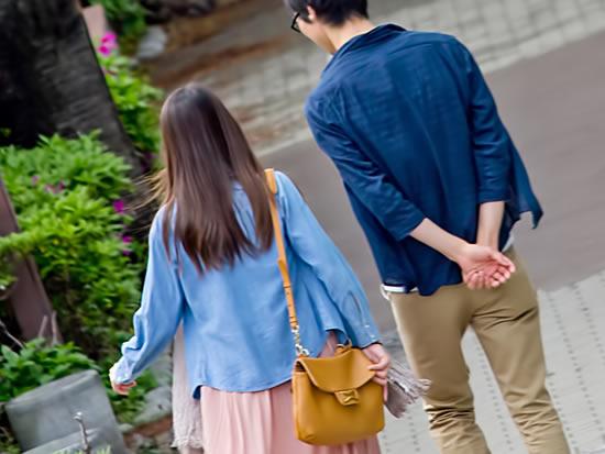 産後クライシスを乗り越え仲良く散歩する夫婦