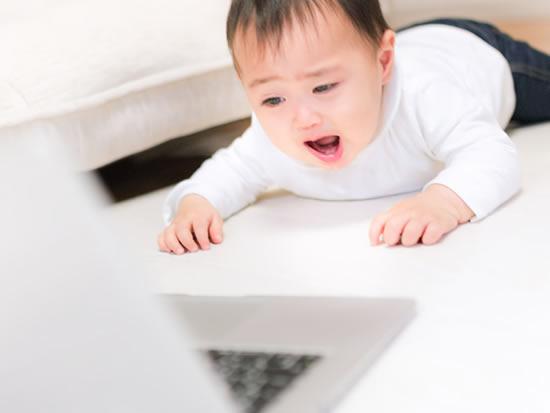 タイピングを禁止され泣きじゃくる赤ちゃん