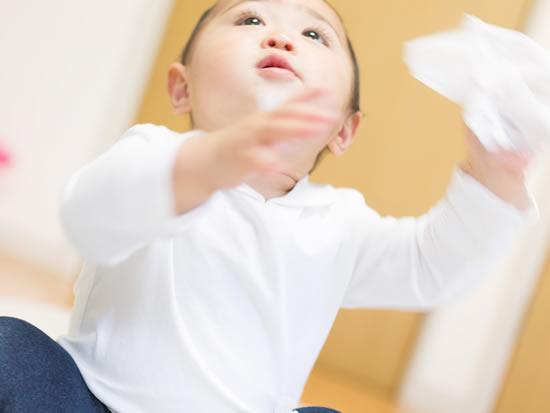 ティッシュを早掴みの特技を披露する赤ちゃん