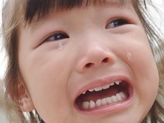 母親に注意されて泣きじゃくる子供