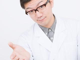 インフルエンザについて説明する医者