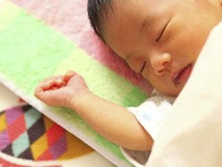 生まれたての育児される赤ちゃん